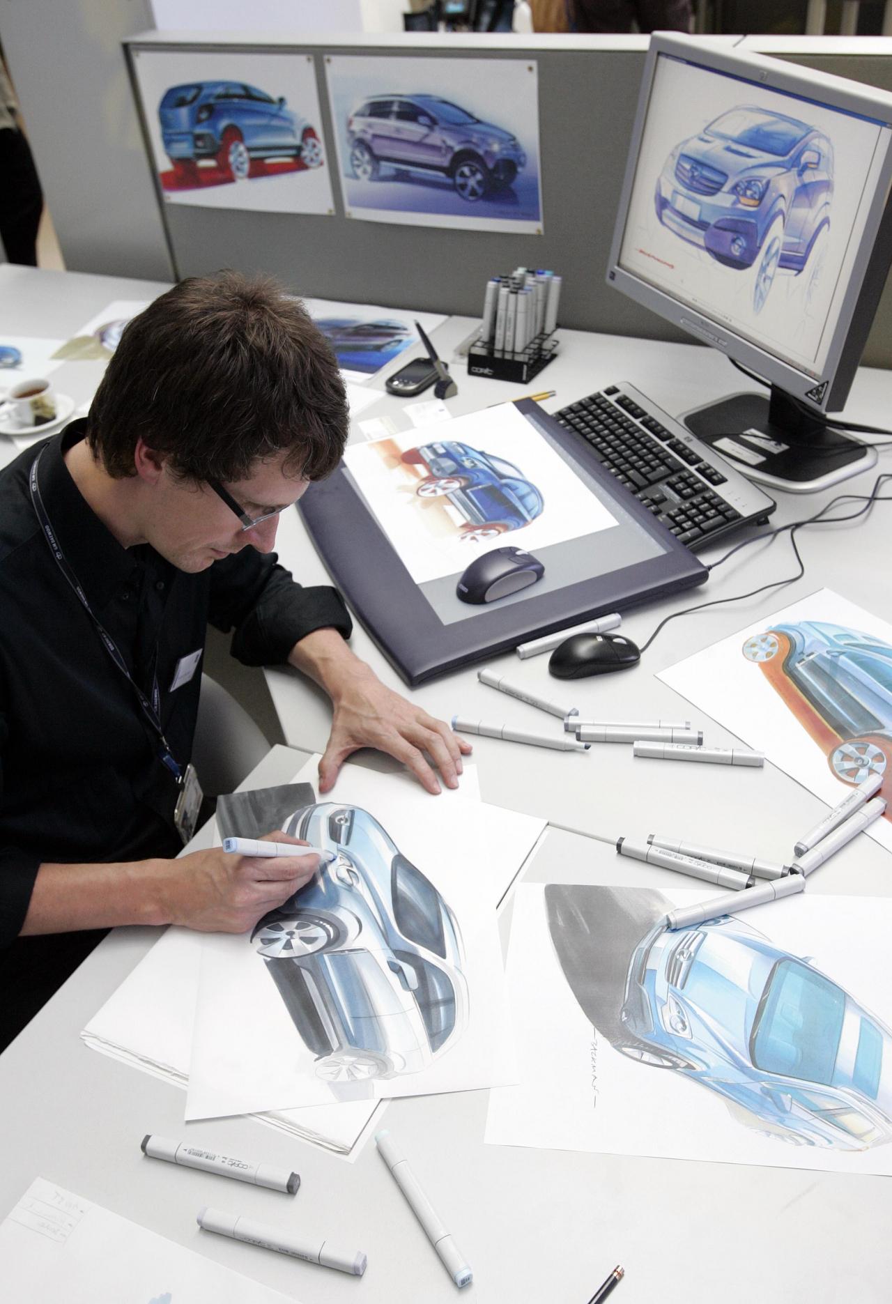 Lai gan auto ražotāju rīcībā ir modernākās tehnoloģijas un jaudīga datortehnika, sākuma fāzē dizainera neatņemami darba rīki joprojām ir zīmuļi un dzēšgumija