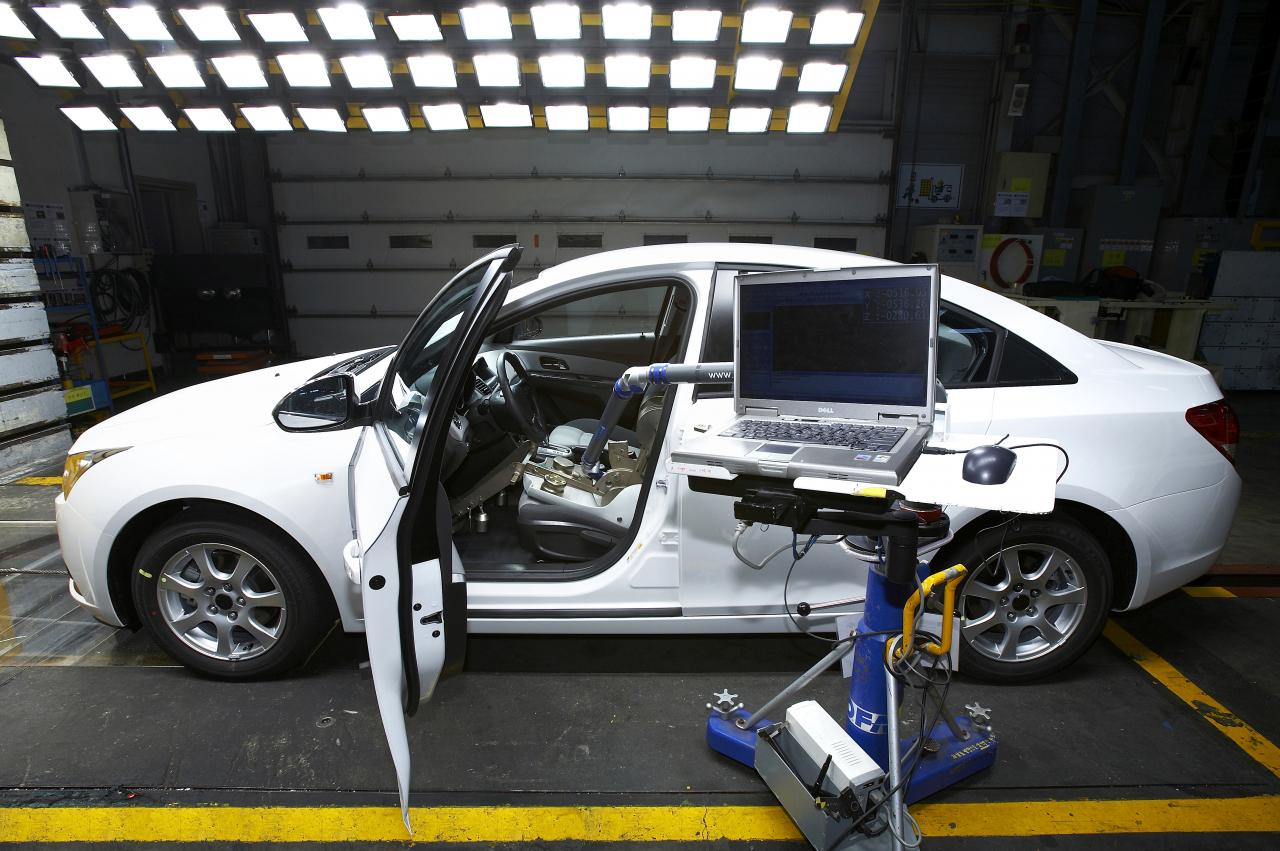 Robots tūstošiem reižu aizver un atver auto durvis, tādējādi pārbaudot to darboties spēju