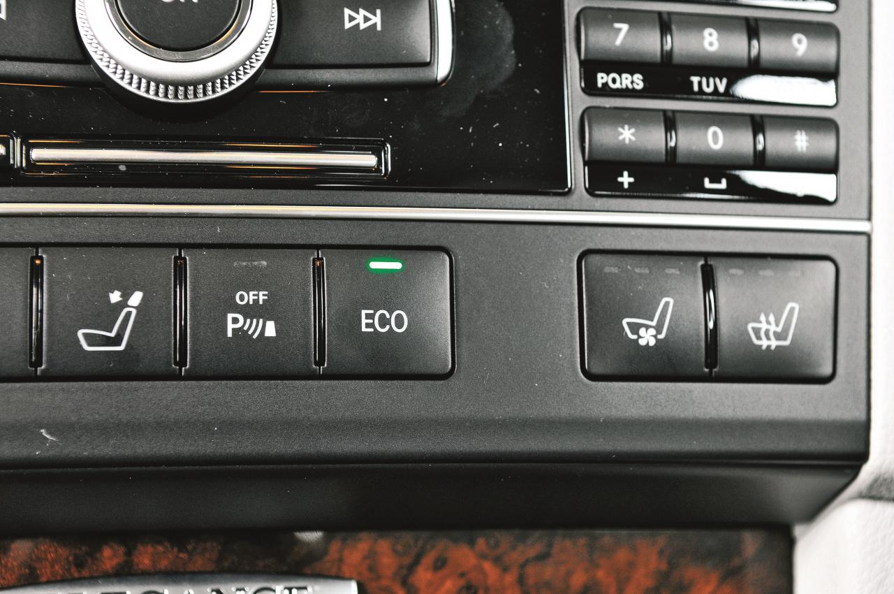 Zaļā gaismiņa uz ekoslēdža signalizē, ka Start-Stop funkcija ir aktivizēta