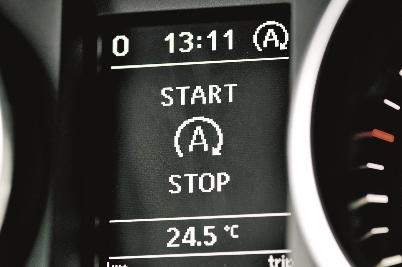 Borta datora displejs informē vadītāju par Start-Stop sistēmas statusu. Ja tas, piemēram, auksta motora gadījumā, nav aktīvs, tad parādās pārsvītrots A simbols