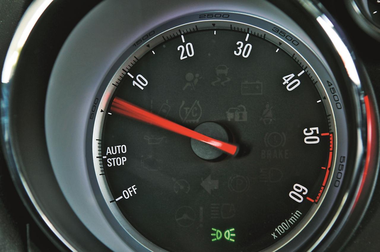 Ar Start-Stop aprīkotā Astra tahometra bultiņa paliek starppozīcijā (Auto Stop) brīdī, kad motors pie luksofora vai sastrēgumā ir automātiski izslēdzies