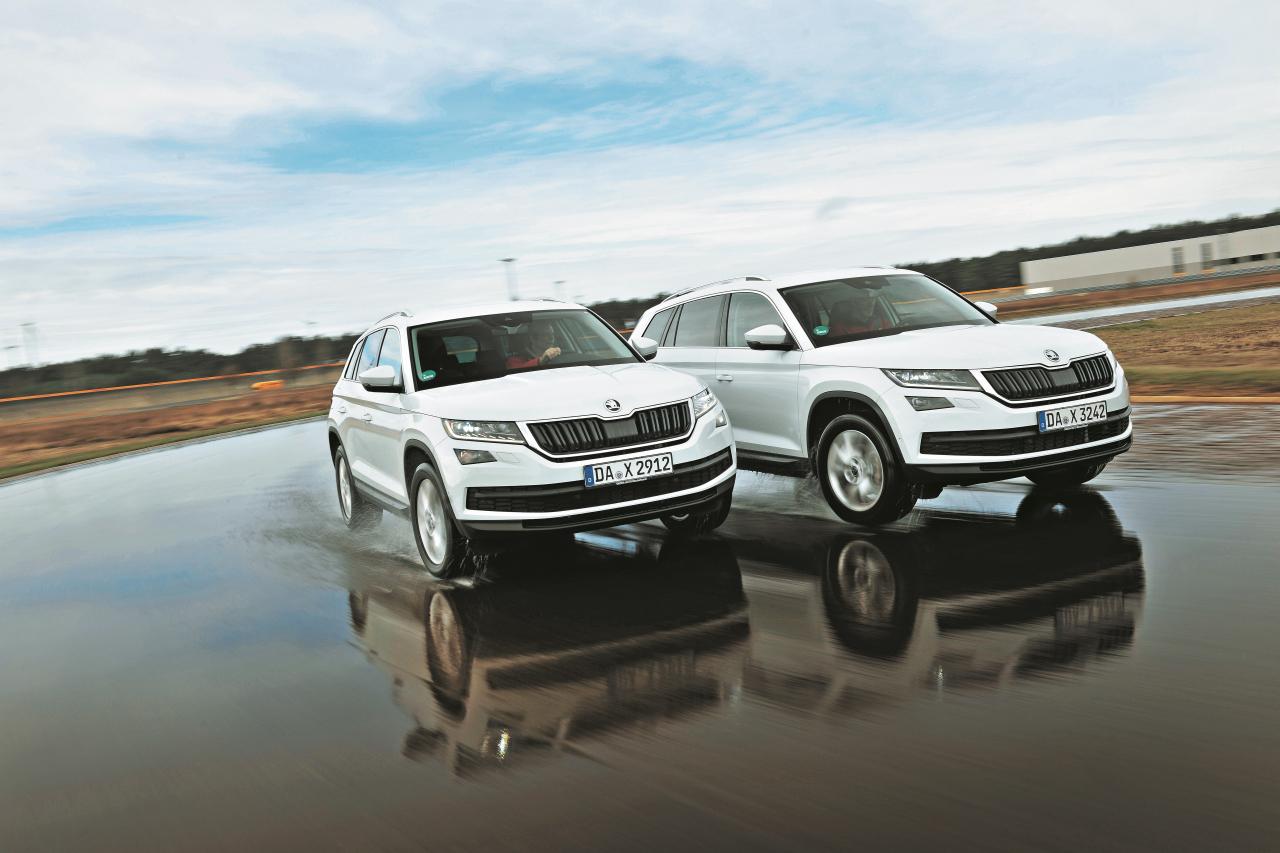 Uz slapjās vadāmības trases pilnpiedziņas (pa labi) modelis pat sasniedz vislabāko rezultātu testā, apsteidzot gan VW Tiguan, gan BMW X1.