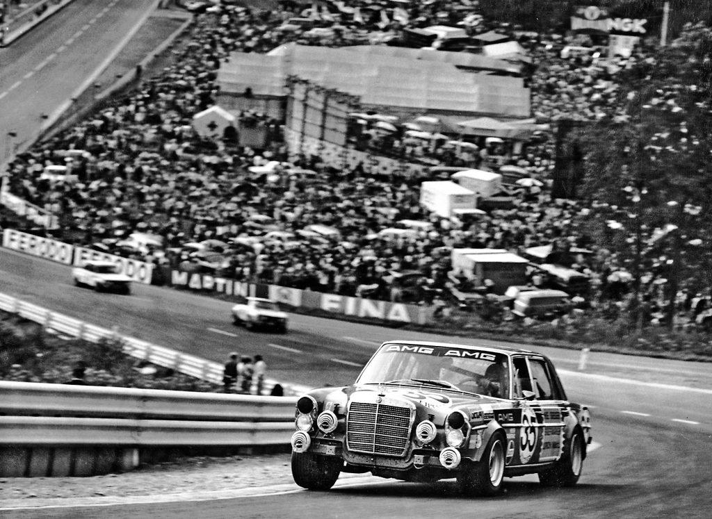 Šis padarīja AMG slavenu - 300 SEL 6.8 Spa 24 stundu maratonā dodas augšup pa slaveno Eau-Rouge virāžu. Šajā stāvajā līkumu kaskādē 1971. gadā AMG-Benz ar 428 ZS bija viens no ātrākajiem
