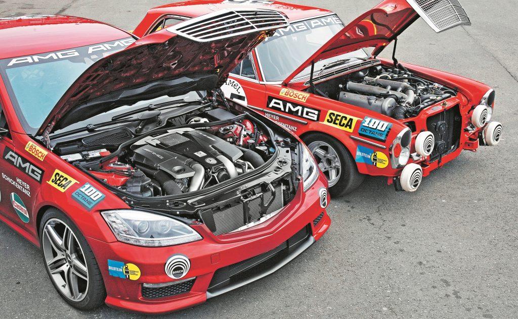 Zem abiem dzinēja pārsegie m darbu veic V8 agregāti. S63 AMG ir tikai 5,5 litri. Ar divām turbīnām aprīkotais 571 ZS dzinējs ir roku darbs – to kopā liek viens mehāniķis