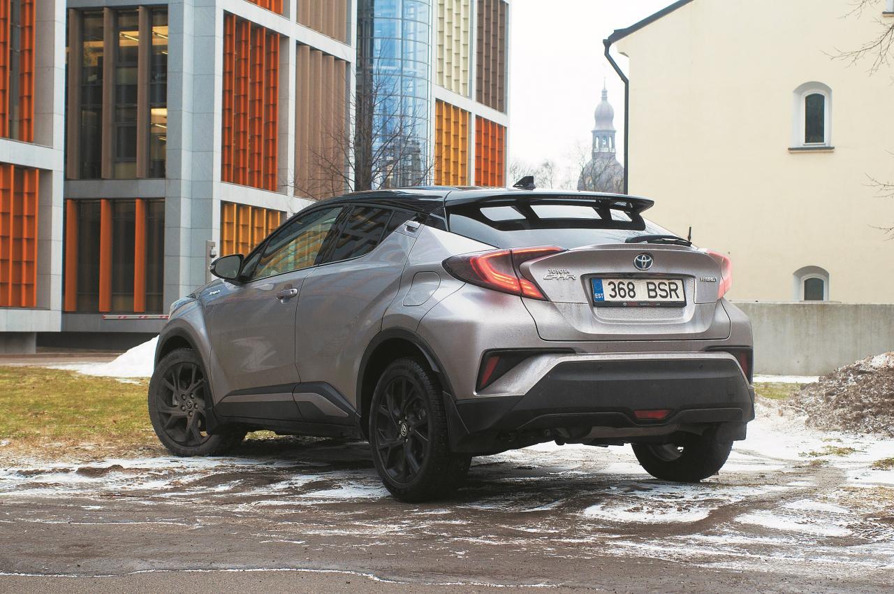 No aizmugures C-HR nedaudz atgādina mazāko līdzinieku Nissan Juke. Zemais klīrenss gan neko vairāk par pilsētas bedrēm neļautu pārbraukt.