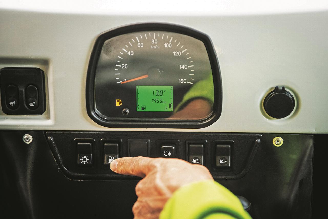 Visvienkāršākie instrumenti: piespiežot pogu, iespējams redzēt, cik pilnas ir abas degvielas tvertnes. Pa labi atrodas abu apkures sistēmu slēdži.