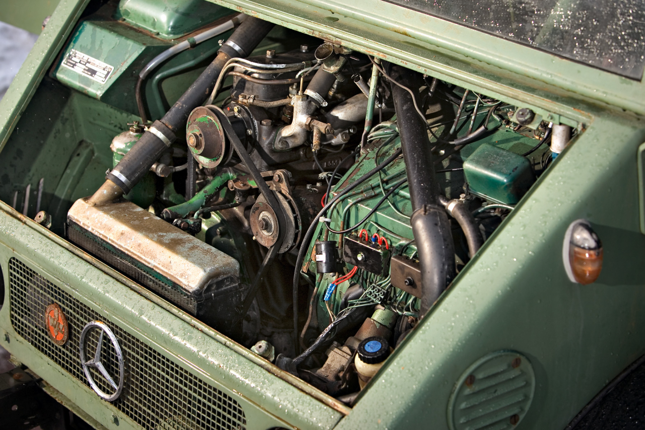 Ar 32 ZS pietiek Zem Unimog 411 motora pārsega un starp priekšējiem sēdekļiem atrodas 1.8 litru Daimler-Benz dīzeļdzinējs