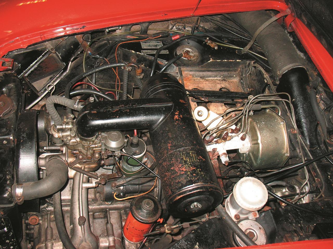 Četrcilindru 1,8 litru bokserdzinēja atrašanās vietu var noteikt pēc gaisa filtra, kurš stiprināts uz divsekciju SOLEX tipa karburatora. Auto priekšdaļā pārnesumu kārba ar dzenošajām asīm.