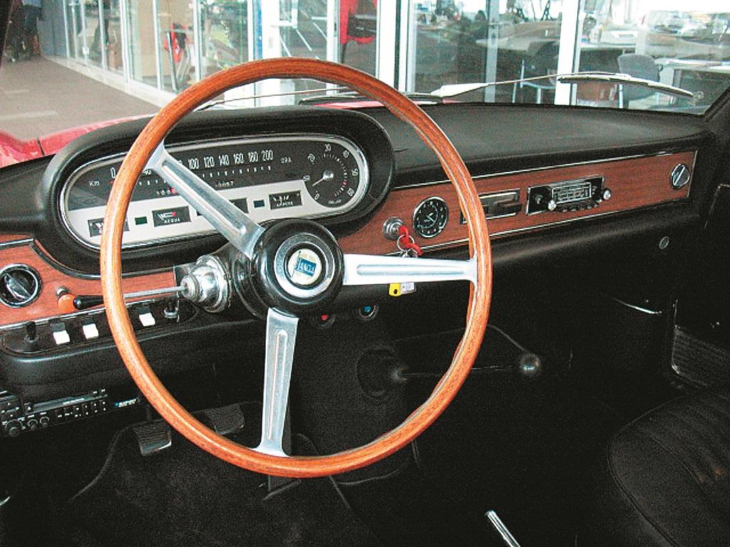 Instrumentu panelī dizainiski iekombinēts salīdzinoši liels apaļas formas tahometrs, pa vidu instrumentu panelim laikrādis, pelnu trauks ar elektrisko piepīpētāju un oriģinālais 1960. gadu Becker auto radio.