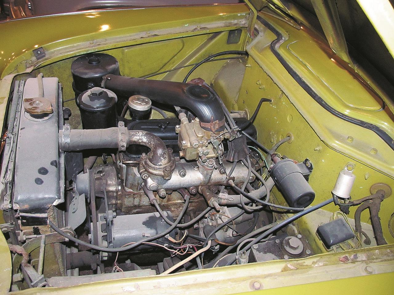 Vienkāršs rindas četrcilindru dzinējs ar augšējiem vārstiem, diezgan progresīvs tā laika padomju autobūvei.