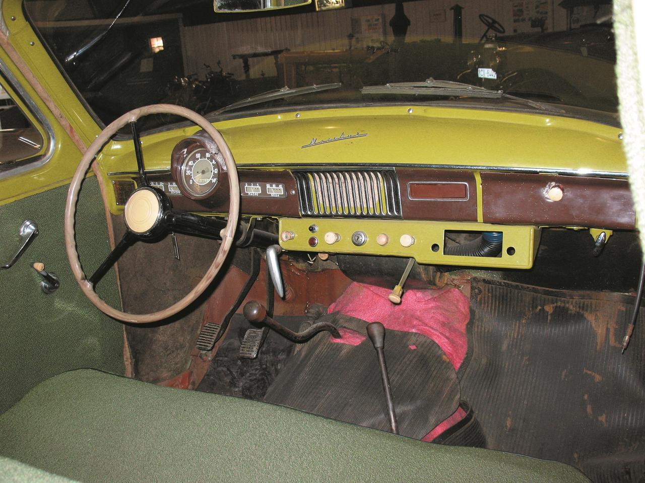 Visi nepieciešamie mērinstrumenti izvietoti vadītāja priekšā. Viens no pirmajiem padomju auto ar sajūga un bremžu pedāļiem, kas iekārti no augšas.