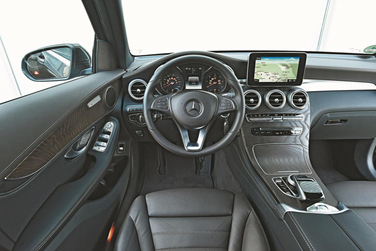 Kā jau Mercedes: augstu uzlikts monitors, automātiskās kārbas svira pie stūres, kreisās puses svira ir pārkrauta. Aizmugurē ir ļoti ērti.