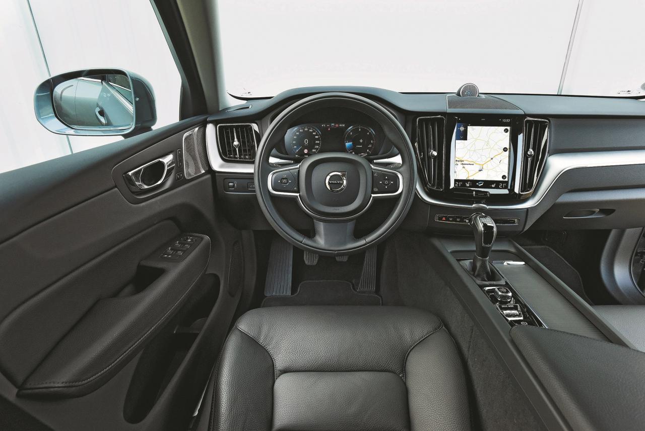 XC60 valda mierīga gaisotne. Aizmugurē sēdošajiem šeit ir visvairāk vietas. Taču ir grūti brīvi rīkoties ar skārienjutīgo planšetdatoram līdzīgo ekrānu.