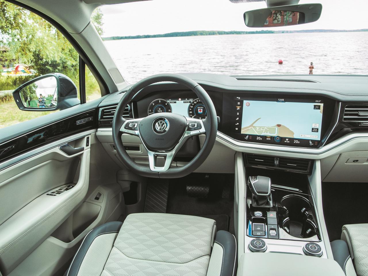 Lielizmēra ekrāni un interjera apgaismojums veiksmīgi novērš uzmanību no atsevišķiem elementiem, kuri vēl netiek līdzi auto cenai