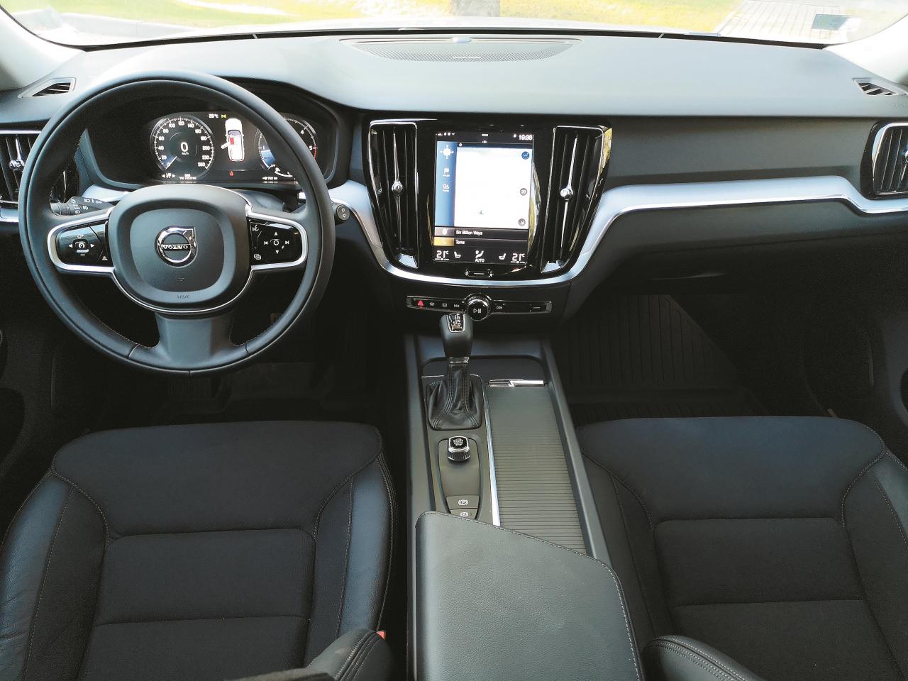 Gaiša ādas salona apdare vairāk piestāvētu Volvo imidžam. Svarīgi, ka visi ekrānos redzamie uzraksti ir latviski.