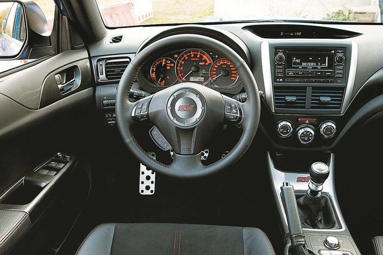 Subaru salons – tāds, kādu mēs pazīstam un sagaidām. Parocīga stūre, skaists transmisijas kloķis, vidū novietots tahometrs, visam klāt nedaudz alumīnija dekoru.