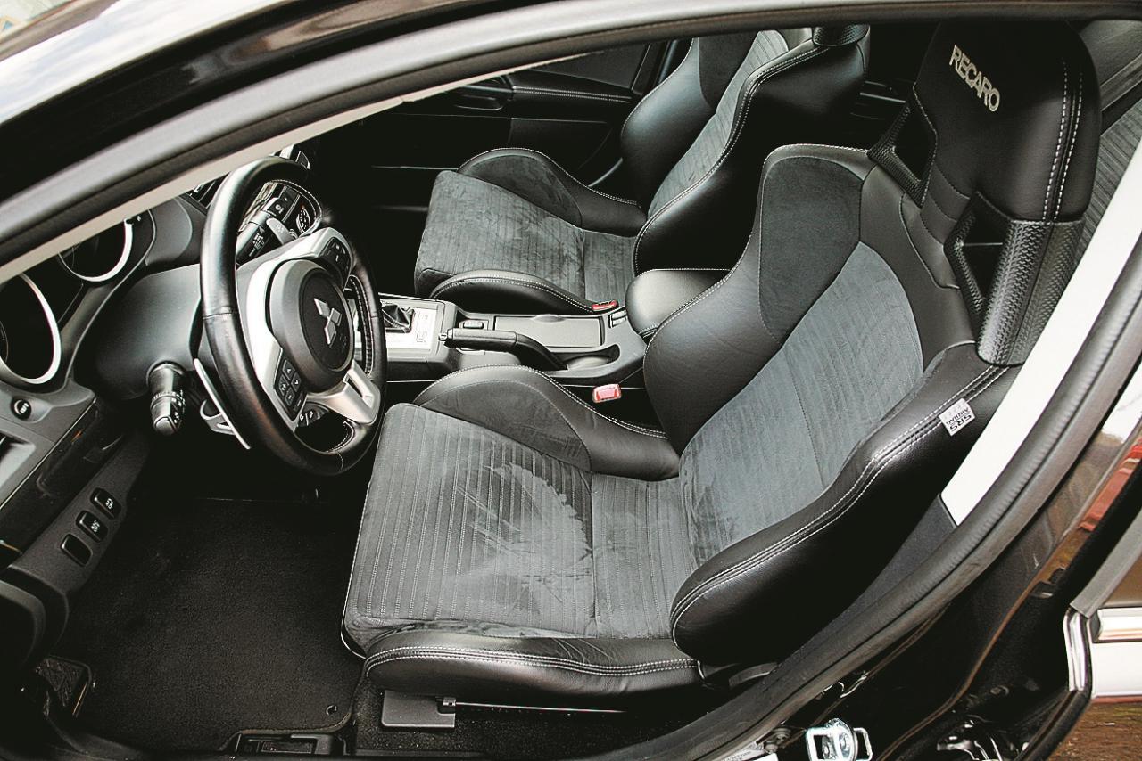 Čaulas formas Recaro sporta sēdekļi ar ādas apdari ietilpst MR komplektācijā, tiem ir labs sānu atbalsts. Lielāka auguma pilotiem to pozīcija ir pārāk augsta