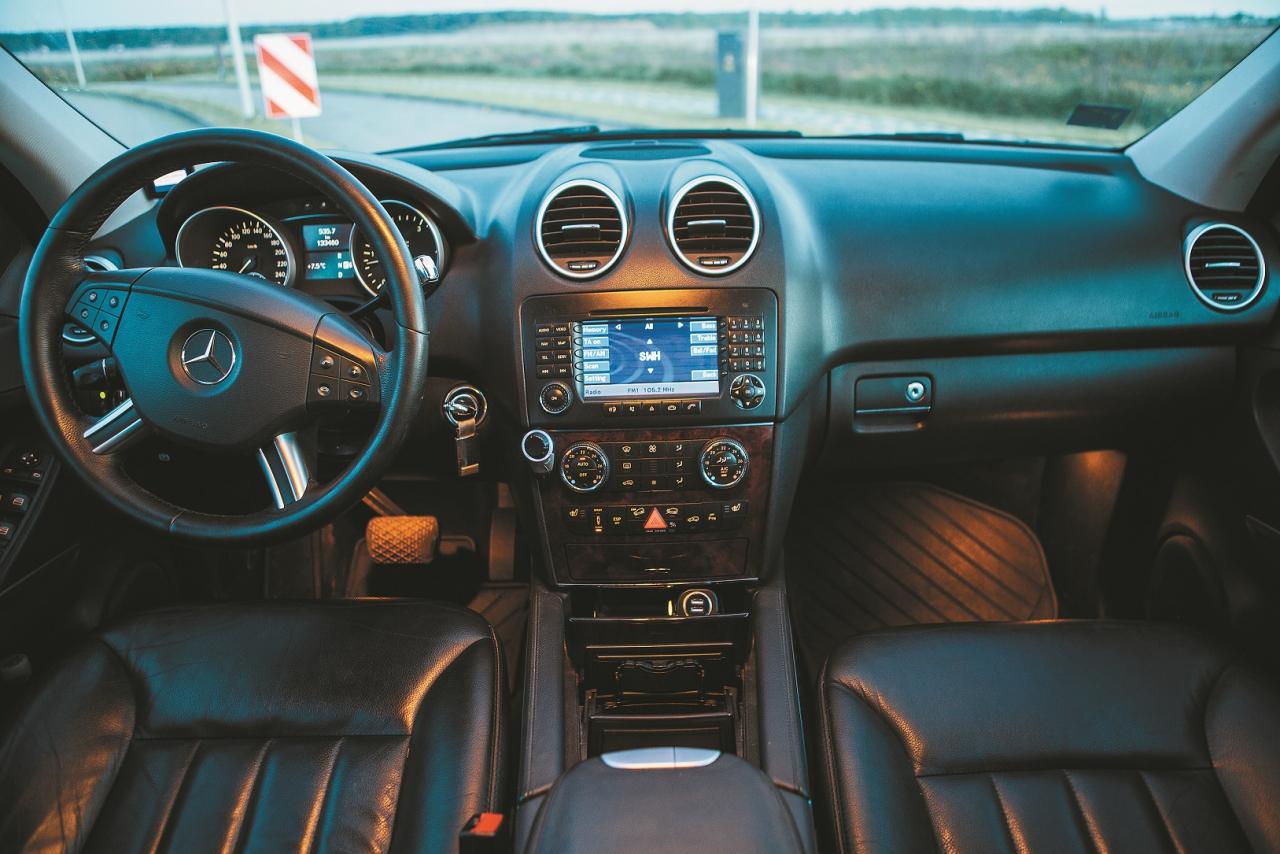 Konservatīvi iekārtots salons Mercedes-Benz labākajās tradīcijās. Materiālu izvēle un montāžas kvalitāte labā līmenī. Priekšējā panelī daudzi atverami nodalījumi.