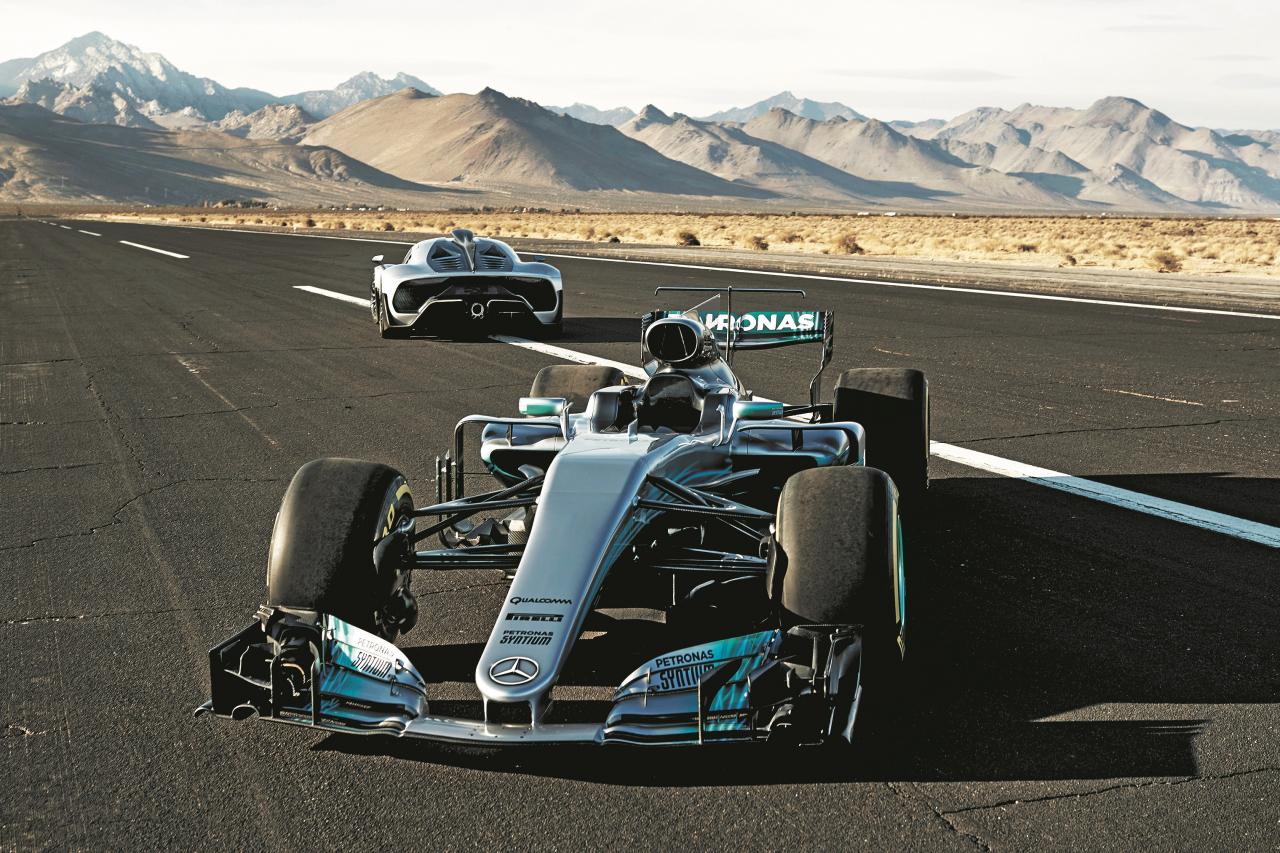 Tā pati krāsa, tas pats motors, tā pati tēma – divi Mercedes ar F1 piedziņu lidlaukā.