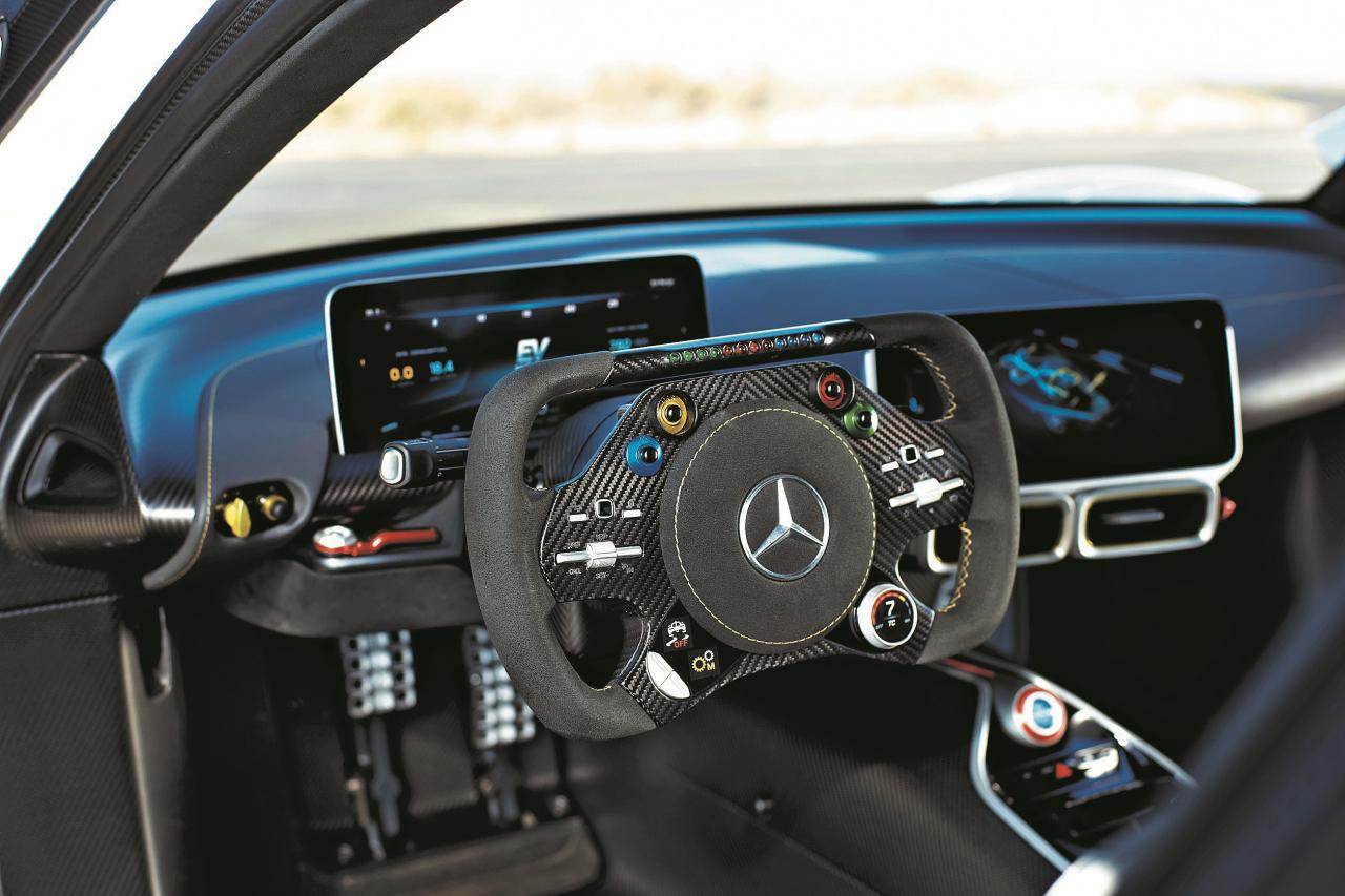 Guļoša sēdpozīcija, stūre no 1. Formulas: Mercedes AMG hiperautomobiļa salons bez kompromisiem.
