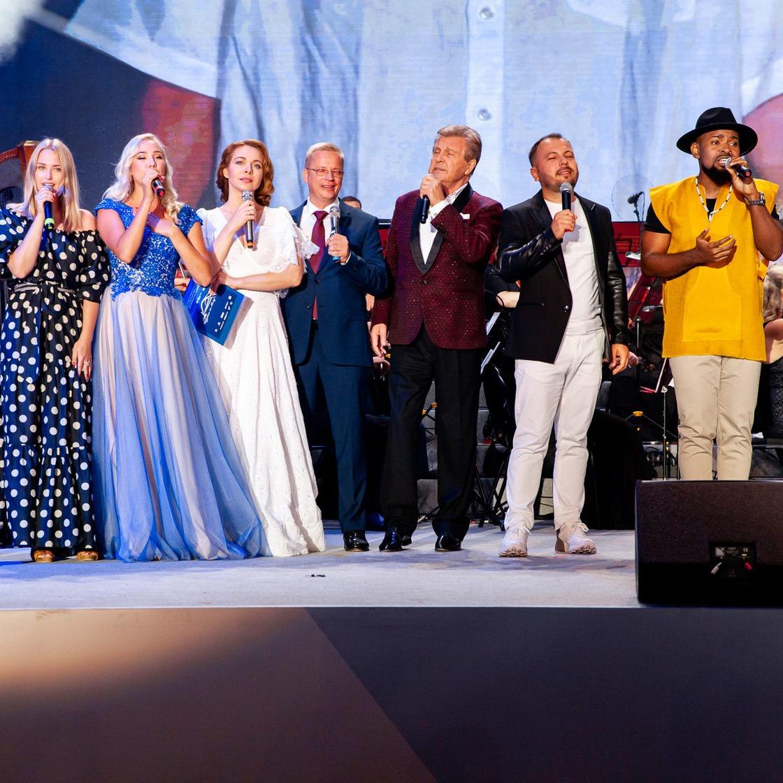 Noslēguma koncertā krievu estrādes zvaiigzne Ļevs Ļeščenko ar festivāla vadītājiem un dalībniekiem vienojās kopējā dziesmā.