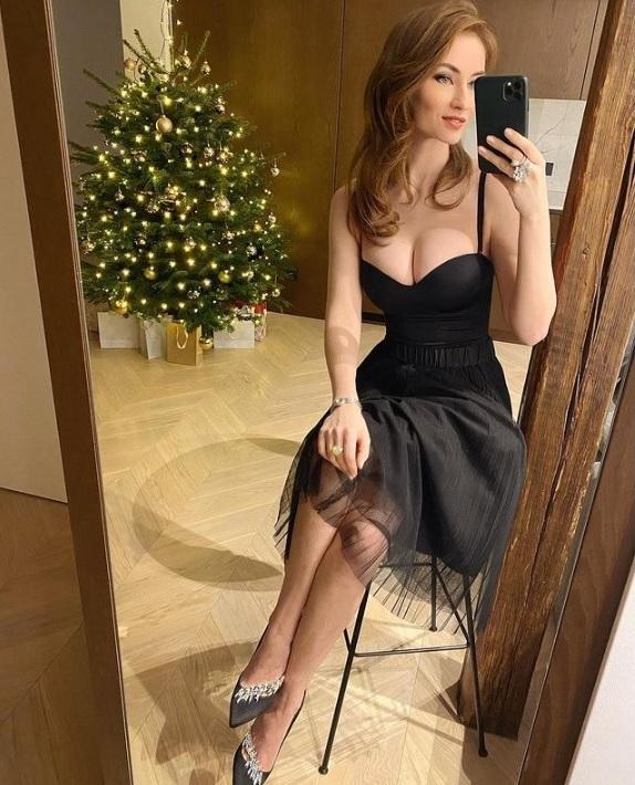 Šogad pie Ziemassvētku eglītes Elīna bildējas viena.