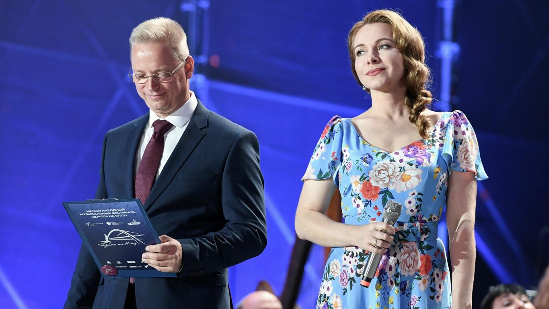Festivāla, kurš pirmo reizi notika 2019. gada pavasarī, mākslinieciskais vadītājs ir Kremlim un Putinam pietuvināts TV žurnālists ERNESTS MACKAVIČUS. Viņš arī vada šo festivālu. Šogad viņš to darīja pārī ar aktrisi JEKATERINU GUSEVU.