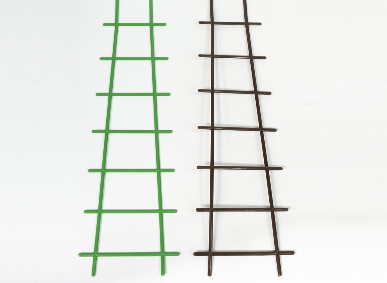 Plastikāta trepītes noderēs viegliem, smalkiem vīteņaugiem – puķuzirnīšiem, kresēm. Augstums 50 cm, platums 8,5 cm, cena – 0,54 eiro.