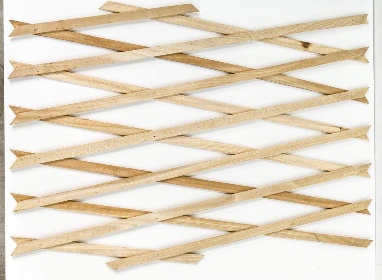 Izstiepjams koka plāksnīšu režģis. Augstums 1,80 m, platums 60 cm, cena – 5,99 eiro.