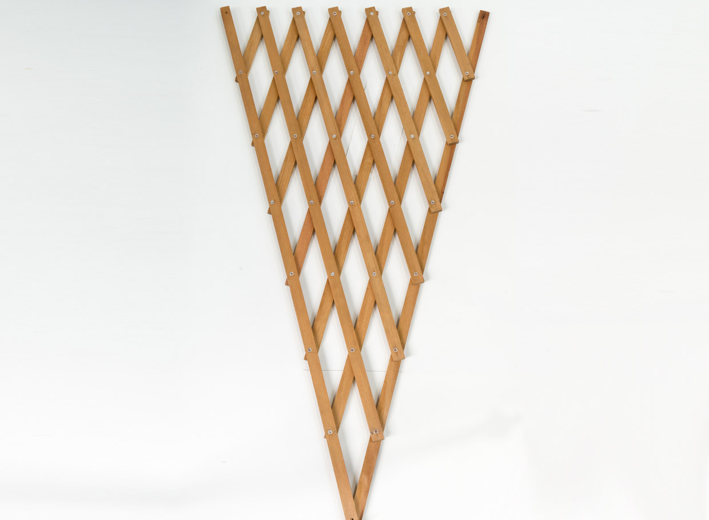 Izstiepjams ziedu režģis no priedes koka. Ražots Latvijā. Augstums 80 cm, platums 60 cm, cena – 6,43 eiro.