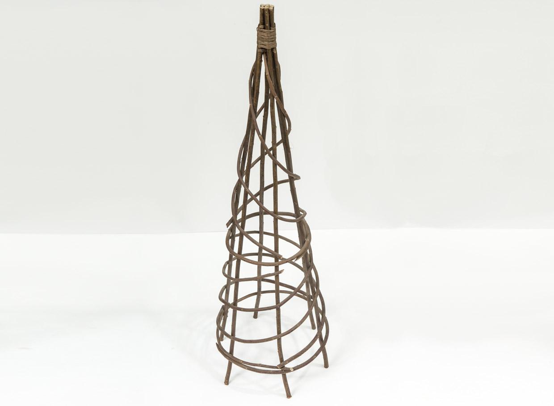 Šis no koka gatavotais balsts derēs visiem vīteņaugiem. Augstums 90 cm, cena – 3,99 eiro.