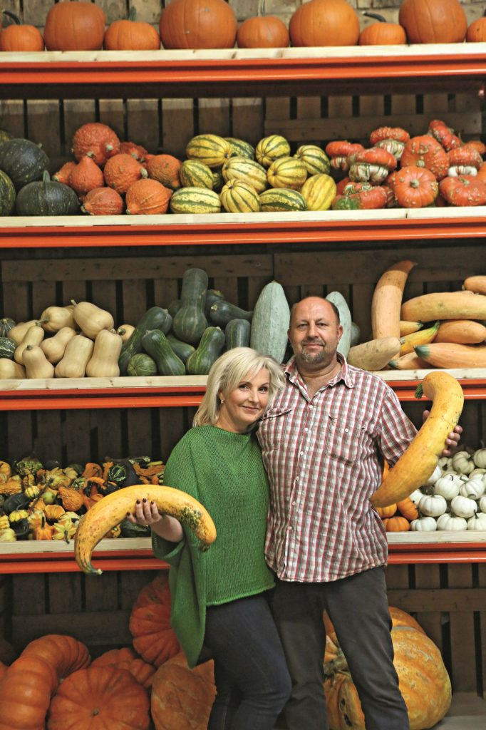 Ilze un Dzintars Venterzuši ar banānķirbjiem.