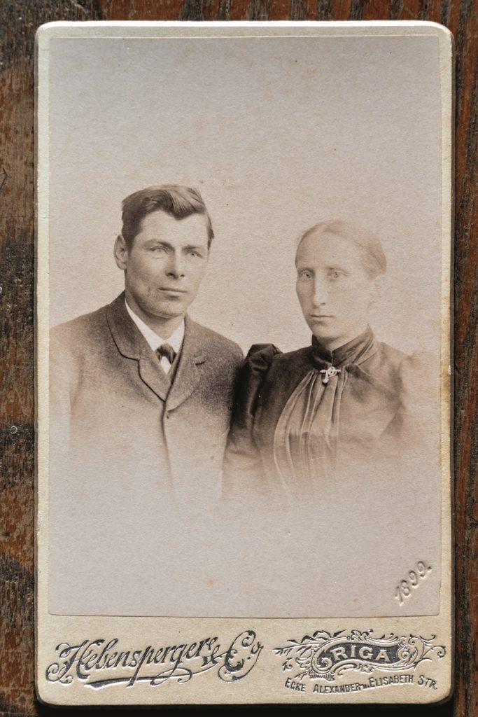 1879.gadā no grāfa Šeremetjeva Melbārdēnus izpirka Vitas vecvecvecvectēvs Jānis Glāzers– bildē ar kundzi. Savam dēlam Andžam kāzās 1898.gadā dāvāja Bībeli, kur turpmāk ierakstīti visi svarīgākie dzimtas notikumi.