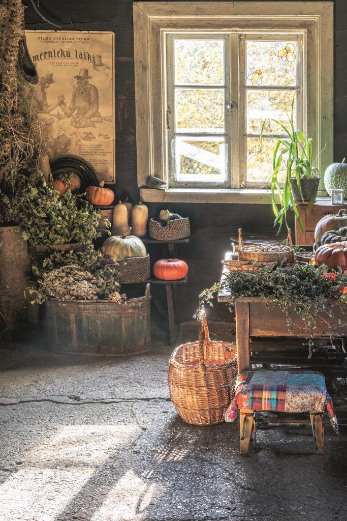 1991. gada filmā Mērnieku laiki te bijusi Ķenča mājvieta. «Neko pat nevajadzēja pārveidot,» saka Vita.
