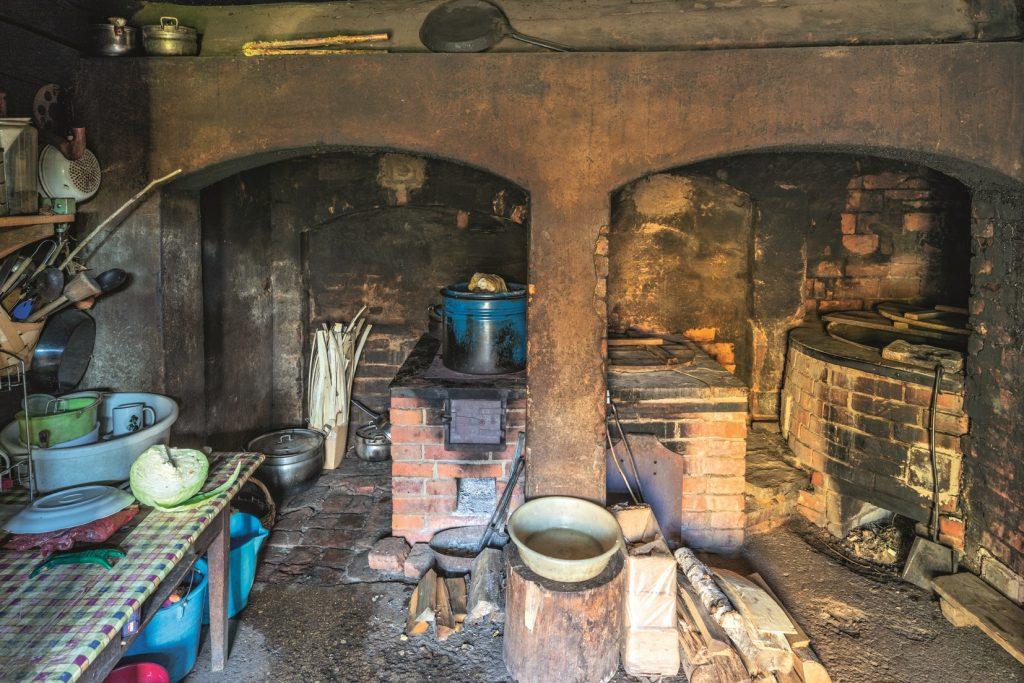 Seno laiku centrālapkures sistēma, kas sildīja visu māju. Kurinot melno virtuvi jeb rovi, silst mūrīši un ieres visā mājā