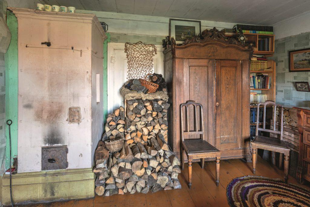 Lai nav lieki jātērē malka, var iekurināt tikai šo krāsni, kas silda tikai vienu– saimnieces– istabu