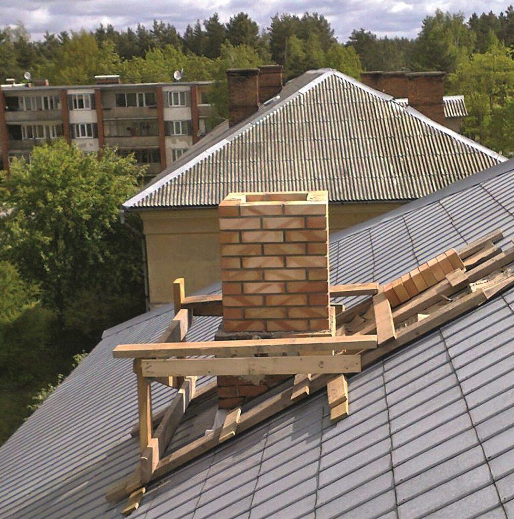 Mūrējot vai remontējot skursteni pat vienstāvu ēkai, jābūvē jumta stalažas– drošībai jābūt pirmajā vietā.