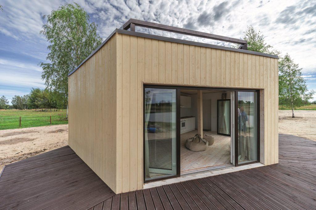 Dēļu terase un plašais stiklojums ļauj paplašināt dzīvošanas telpu– uz terases var ieturēt maltītes, uzņemt ciemiņus, kaut sauļoties un lasīt