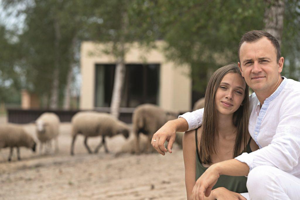 Enriko un Anna Podnieki pie savas šūnu mājiņas draudzīgo dzīvnieku ielenkumā. Pagaidām viņi nemaz nevēlas norobežoties ar žogu