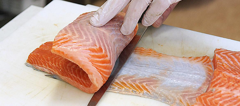 Tālāk ir divi varianti – sagatavot filejas gabaliņu ar ādu vai arī atdalīt to no ādas. Pirmajā gadījumā izgriež no vidus skaistu gabaliņu, otrajā griež fileju uz pusēm un ar plāno nazi atdala no ādas – ja nazis ass, visam vajadzētu izdoties godam!