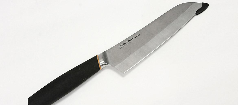 Dēvēts arī par universālo nazi (līdzinieks ir japāņu santoku nazis), jo ar to var paveikt svarīgākos griešanas darbus virtuvē. Šis ir arī viens no lielākajiem nažiem ar platu asmeni, kas garumā var būt līdz pat 30 centimetriem. Asmens garums un biezums mēdz atšķirties, taču jārēķinās, ka labs šefpavāra jeb universālais nazis jebkurā gadījumā būs diezgan liels, jo ar to jāspēj sadalīt lielas lietas – gaļas gabali, lieli dārzeņi, siera rituļi utt. Izvēloties veikalā, svarīgi nazi paņemt plaukstā, lai novērtētu, vai spals ir parocīgs. Vislabāk šefpavāra nazis tiks galā ar dārzeņu, gaļas un zaļumu griešanu, kapāšanu. Šefpavāra nazis regulāri jāuzasina – jo biežāk to lieto, jo čaklāk jāasina.