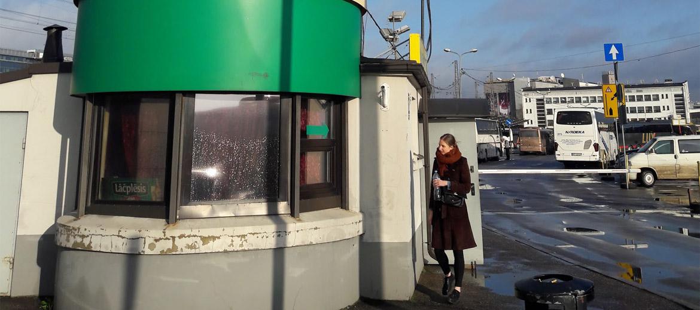 """Savu jauno mīļāko nodarbošanos atklāju pavisam netīšām. Sagadījās tā, ka ar autobusu Viļņa – Rīga, 18.novembra rītā atgriezāmies galvaspilsētā agri no rīta. Pēc garas nakts kas pavadīta Viļņas klubā Opium saulainais valsts svētku rīts mūs sagaidīja ar sauli un patīkamu noskaņojumu. Ierodoties Rīgas autoostā gribējās kā īpaši atzīmēt šo svinīgo dienu. Mēs ar draudzeni izkāpām no autobusa, pavērāmies apkārt un ieraudzījām Autoostas dispičera torni, kuru rotā uzraksts """"Kafejnīca"""". Jau agrāk biju ievērojusi šo mistisko vietu, biju pat dzirdējusi cilvēkus runājam par to, ka tur ir kafejnīca, taču nekad nebiju uzdrošinājusies turp doties."""
