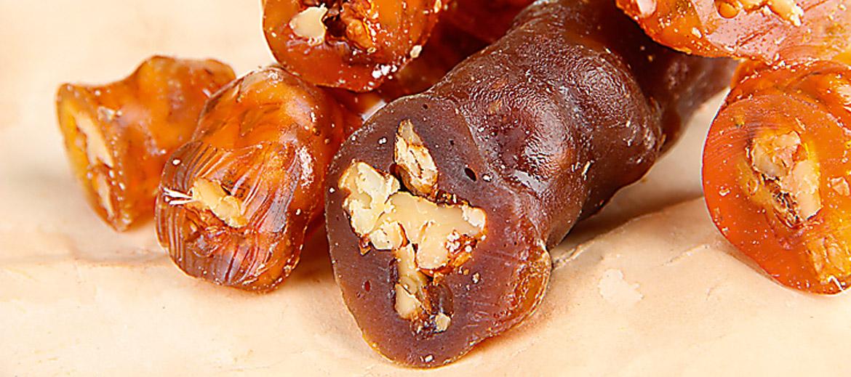 Kaukāza snikeri Saldumus gruzīni galdā liek atturīgi. Parasti tos aizstāj augļi – vīnogas, mandarīni, āboli, granātāboli. Gardas ir cietās plāksnītes kazinaki ar medū karamelizētiem sasmalcinātiem riekstiem. Gruzīnu virtuvēs to gatavo pirms Jaungada svinībām. Pavedinoši gards, veselīgs un ārpus Kaukāza neatrodams sens gruzīnu našķis ir čurčelas... Tbilisi tās smejoties dēvē par gruzīnu snikeriem, un 2011. gadā Gruzija ir nokārtojusi starptautisko patentu uz čurčelām un vēl dažiem ēdieniem. Čurčelas izskatās kā striķī iekārtas desiņas. Patiesībā tajās slēpjas vīnogu sulā iepildīti lazdu rieksti vai valrieksti. Uz diega savērtu riekstu virtenīti pamērcē ar miltiem iebiezinātā karsētā vīnogu sulā, bet pēc tam pakar žāvēties. Rkatsiteli vīnogu čurčelas ir gaišākas, saperavi – sarkanākas. Svaigi gatavotas, vēl mīkstas valriekstu un saperavi čurčelas, mmmm... Čurčelas darina arī no citu augļu, bumbieru, plūmju un kādām tik vēl ne sulām, un to gatavošana atšķiras arī dažādos reģionos. Taču arī čurčelas jāprot izvēlēties – ja miltu piešauts par daudz, tās būs cietas un garšos pēc gumijas.