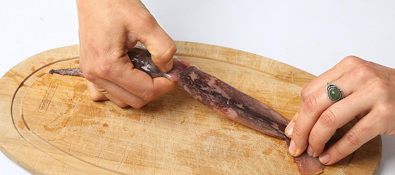 Veselu kalmāru iztīrīt ir ļoti vienkārši. Ja kalmāram ir galva, ņem aiz tās un viegli pavelk – galva atdalīsies, līdzi paņemot arī iekšas.