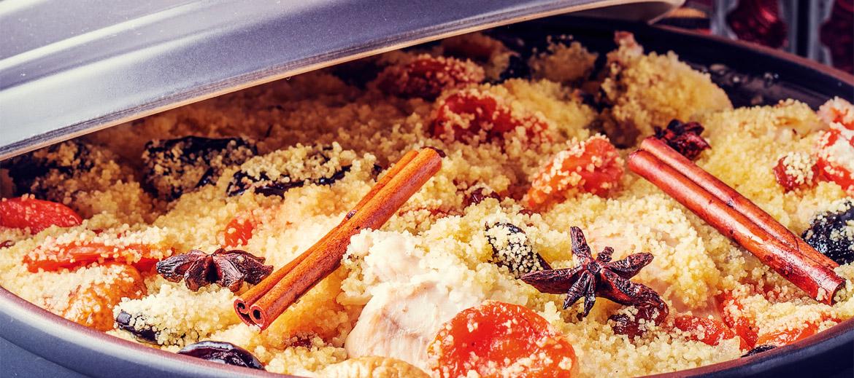 Lēnu ēdienu gatavošanu. No berberu klejotāju ciltīm marokāņi mantojuši gadsimtos izkoptu pieticīgu un pacietīgu attieksmi pret ēdienu. Oglēs un karstās smiltīs ieraktos podos maltīte top stundām ilgi, taču tieši šādi arī vissīkstākos gaļas gabaliņus var pārvērst sulīgā ēdienā. Apbrīnas vērtas ir maltīšu baudīšanas tradīcijas – tāpat kā pirms simts gadiem, arī šodien marokāņi maltīti ietur mājās, ģimenes lokā, turklāt visbiežāk to bauda no viena liela šķīvja, daloties gan ēdienā, gan smieklos – ilgi un nesteidzīgi.