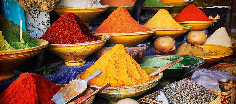 Garšvielu pārbagātība. Marokas ēdiena unikalitāte neslēpjas eksotiskos vai grūti pieejamos produktos – bet gan brīnišķīgā garš-vielu gammā. Safrāns, kumins, koriandrs, kardamons, timiāns, rozmarīns, kurkuma, čili pulveris, ķiploki, fenhelis, muskatrieksts, anīss, paprika, kanēlis, ingvers, sezama sēklas, oregano, piparmētras – Marokā tā nav eksotika vai svētki. Tā ir ikdiena.Rūgti un sīvi garšaugi. Marokas ēdienu pamatā ir pētersīļu un svaiga koriandra apvienojums. Tomēr ļoti populāri ir tādi garšaugi kā absints (jā, Marokā tas ir brīvi pieejams), verbēna, anīss, majorāns.