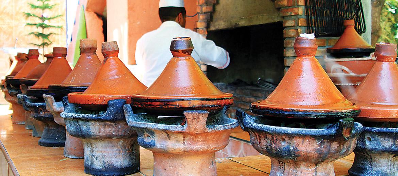Tipisks marokāņu lēnās gatavošanas paraugs ir tadžīna– berberu tradicionālais gaļas un dārzeņu sautējums, ko saimnieces sāk gatavot tūliņ pēc brokastīm. Tadžīna ir trauks, kurā sautējumu gatavo, – tas ir lēzens māla trauks ar augstu konisku vāku, kas uztur vienmērīgu gaisa cirkulāciju un ļauj ēdienam lēnītēm gatavoties savā sulā un aromātā– tas ir ne vien neticami smaržīgs, bet arī uzturvielām bagāts. Par tadžīnu var pārtapt turpat jebkādas produktu kombinācijas– gaļa, zivis, dārzeņi, augļi. Lūk, daži piemēri: jēra gaļa ar datelēm, rozīnēm un mandelēm, vista ar sālītiem citroniem vai aprikozēm, zivs ar olīvām, maltā gaļa ar tomātiem.