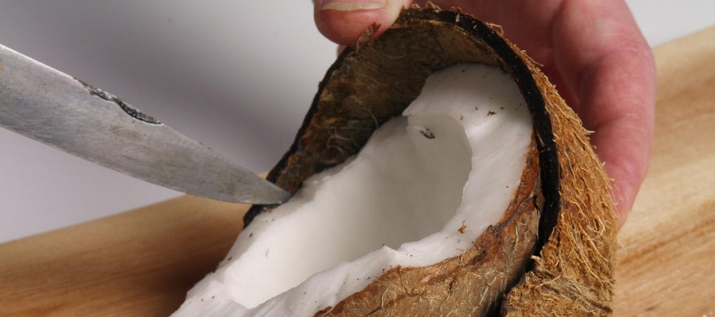 5. Ar naža palīdzību balto rieksta slāni atdala no čaumalas.