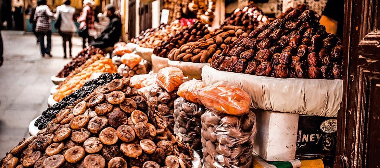 DATELES. Dateles ir viens no svarīgākajiem produktiem Marokas virtuvē – saldie žāvētie augļi lieliski remdē kāri pēc saldumiem, turklāt satur daudz vērtīgu veselībai nepieciešamu vielu. Dateles lieliski papildina arī gaļas un dārzeņu ēdienus. Datelei ir arī reliģiska, ceremoniāla nozīme – piemēram, ar dateli parasti tiek pārtraukta gavēšana ramadāna laikā (kam seko hariras zupas ēšana).