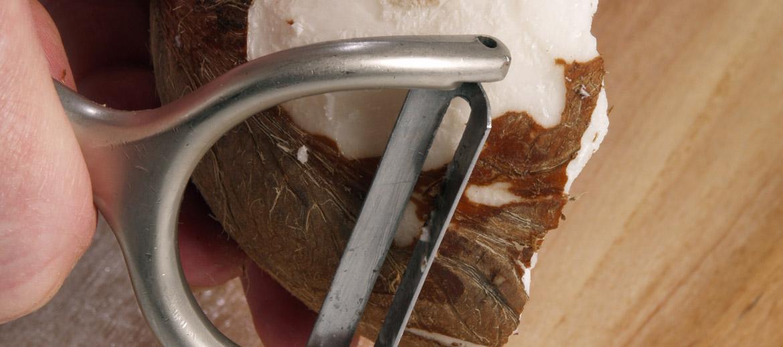 6. Plāno, brūno miziņu nomizo. To ērti var izdarīt ar dārzeņu mizojamo nazīti.
